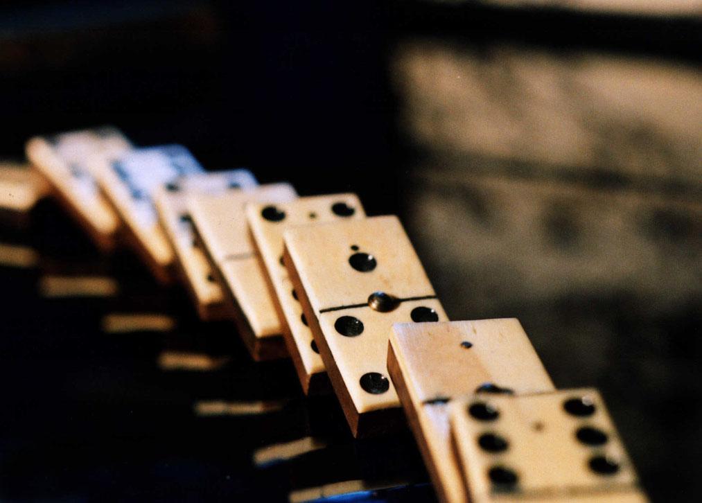 Dominosteine fallen um - Symbol der Krise - Wallner-Kresse